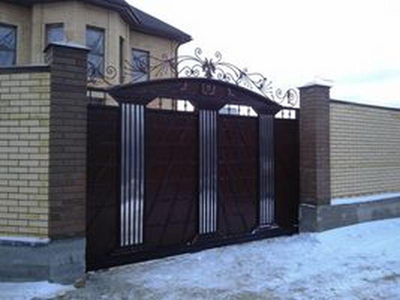 ворота и кирпичные заборы